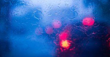 Pare brise sous la pluie
